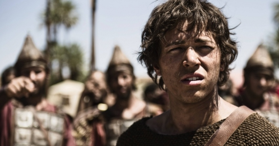 """5.mar.2013 - O jovem Davi pouco antes de derrotar o gigante Golias em cena da série """"A Bíblia"""""""