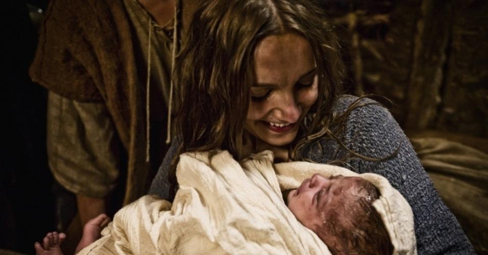 """5.mar.2013 - O nascimento de Jesus retratado em cena da série """"A Bíblia"""""""