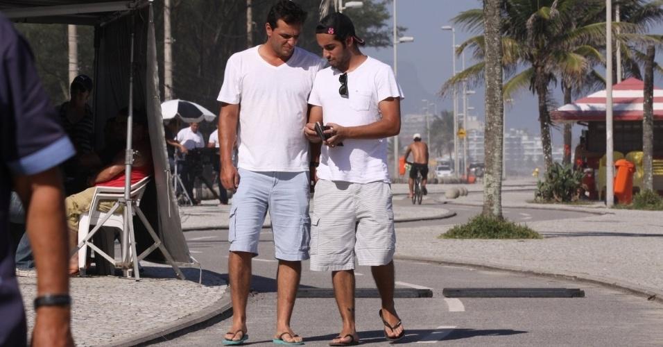 5.mar.2013 Rodrigo Lombardi grava cenas da trama de Gloria Perez na praia da Macumba, no Rio de Janeiro