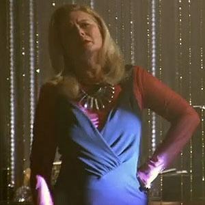Irina (Vera Fischer) levanta da cadeira e procura por Russo (Adriano Garib) na boate