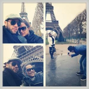 O jogador Daniel Alves posa com a namorada, a atriz Thaíssa Carvalho, em frente à Torre Eiffel, em Paris