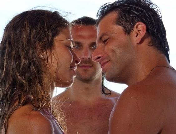 """11.mar.2013 - Em """"Flor do Caribe"""", Ester (Grazi Massafera) recebes olhares indiscretos de Alberto (Igor Rickli)"""