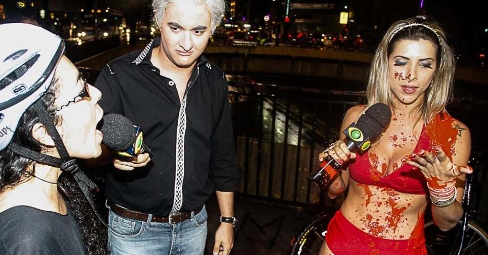 9.mar.2013 - Manifestante joga tinta na panicat Ana Paula Minerato