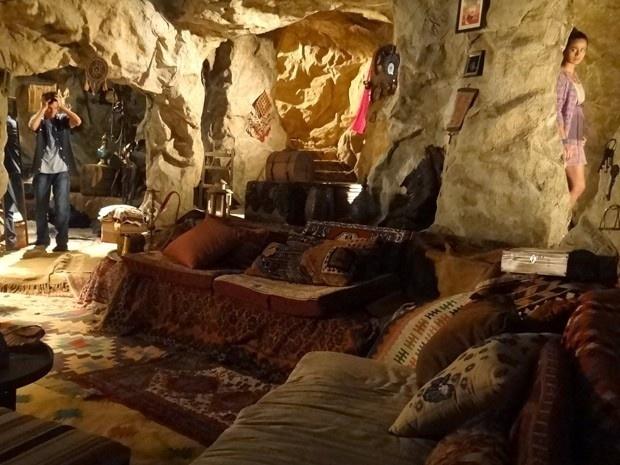 """11.mar.2013 - Em """"Salve Jorge"""", Adam (Duda Ribeiro) vê Morena (Nanda Costa) na caverna de Zyah (Domingos Montagner)"""