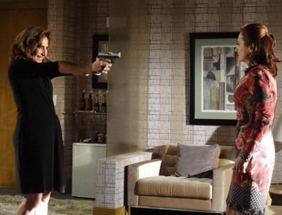 """11.mar.2013 - Em """"Salve Jorge"""", Wanda aponta arma para Berna, que reage"""