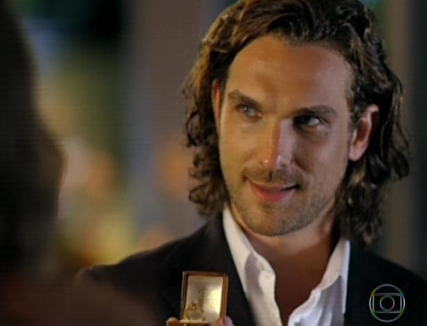 11.mar.2013 Alberto dá o anel para Cassiano pedir Ester em casamento