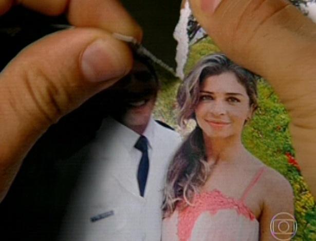 11.mar.2013 Alberto rasga a foto e fica só com a metade de Ester