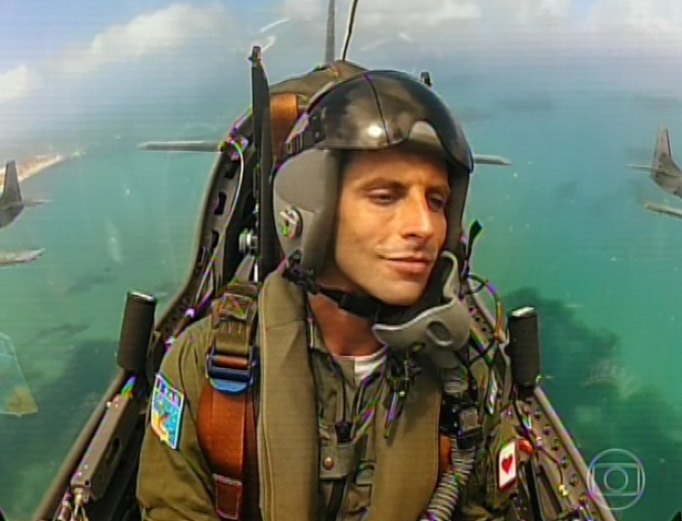 11.mar.2013 Cassiano aparece perto de pousar na base aérea da Vila dos Ventos