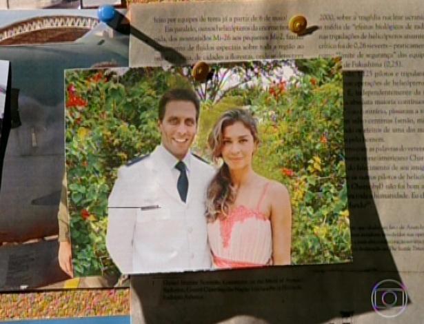 11.mar.2013 Na casa de Cassiano, Alberto vê uma foto do amigo com Ester e olha fixamente