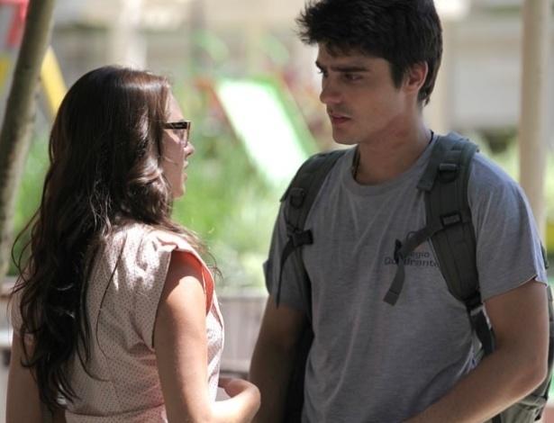 """12.mar.2013 Em """"Malhação"""", Luana conta para Vitor que está namorando seu irmão"""