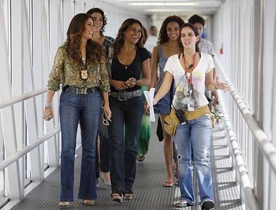 """13.mar.2013 - Elenco de """"Salve Jorge"""" grava cenas da novela em aeroporto do Rio"""