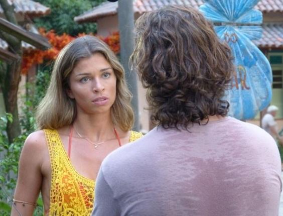 """15.mar.2013 Em """"Flor do Caribe"""", Ester pressiona Alberto para ter notícias de Cassiano"""