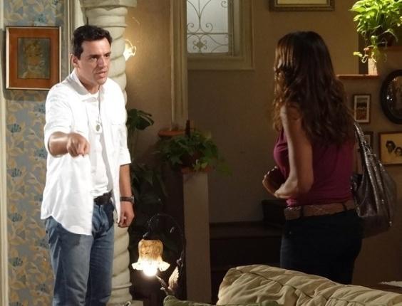 """19.mar.2013 - Em """"Salve Jorge"""", Lucimar diz para Théo que acha que morte de Rachel tem a ver com Lívia"""