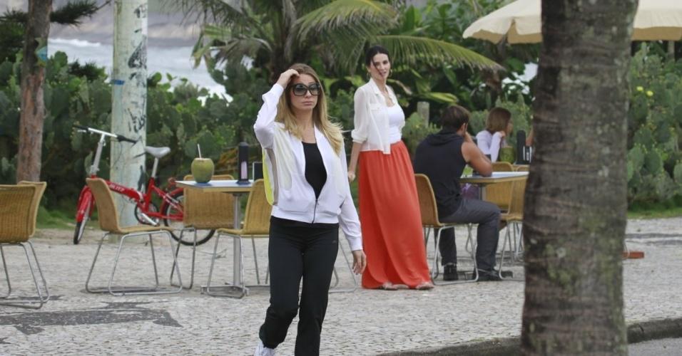 """19.mar.2013 - Letícia Spiller e Lisandra Souto gravam no calçadão da praia cenas da novela """"Salve Jorge"""""""