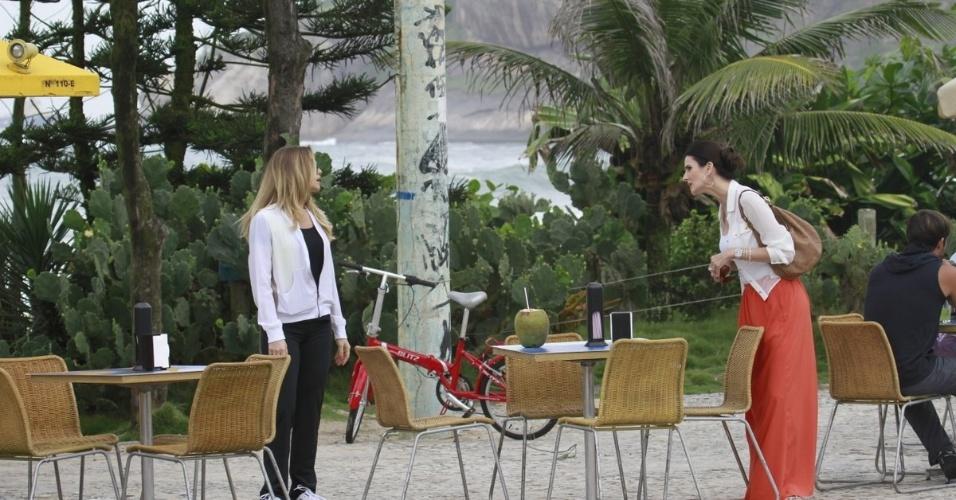 """19.mar.2013 - Letícia Spiller e Lisandra Souto levam à sério a gravação da discussão entre suas personagens em """"Salve Jorge"""""""