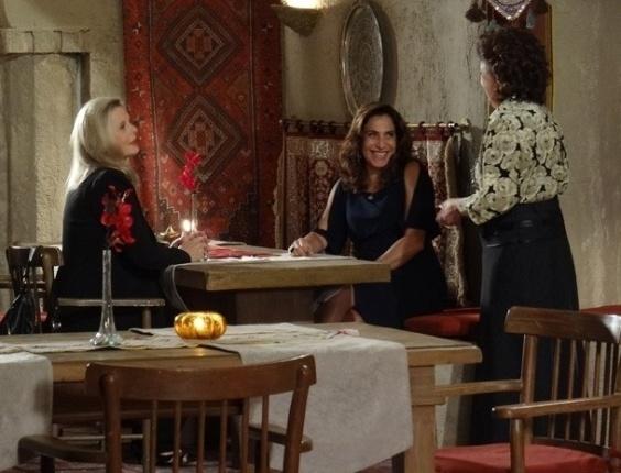 """20.mar.2013 Em """"Salve Jorge"""", Wanda e Irina vão ao restaurante onde Morena trabalha"""