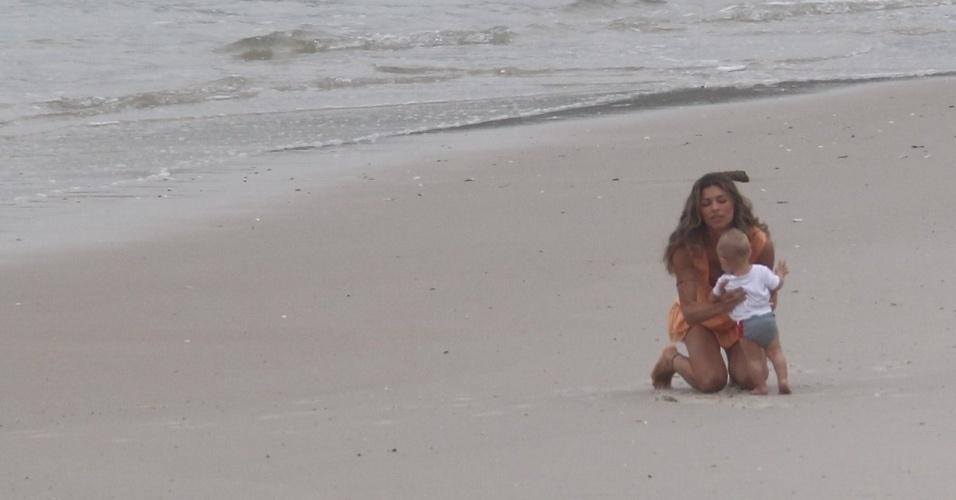 """21.mar.2013 - Grazi Massafera gravou cenas de """"Flor do Caribe"""" em uma praia da zona oeste do Rio. A atriz dividiu cenas com um bebê"""