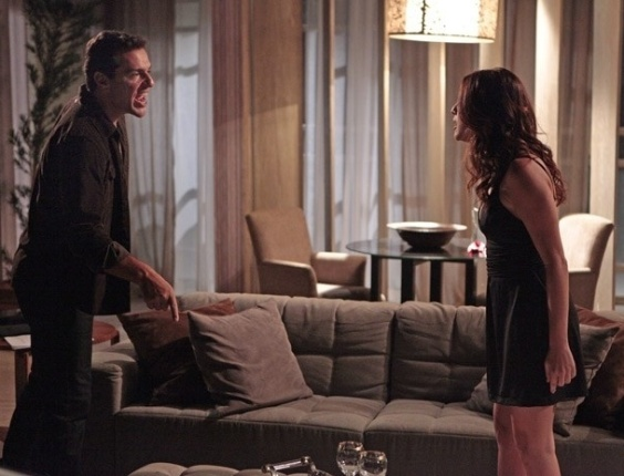 """22.mar.2013 - Em """"Salve Jorge"""", Márcia descobre caso de Théo e Lívia e promete contar tudo para Érica"""