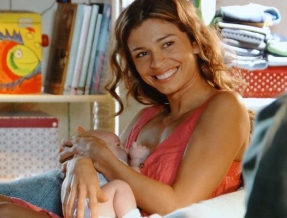 """25.mar.2013 - Em """"Flor do Caribe"""", Ester dá à luz Samuca, filho dela com Cassiano"""