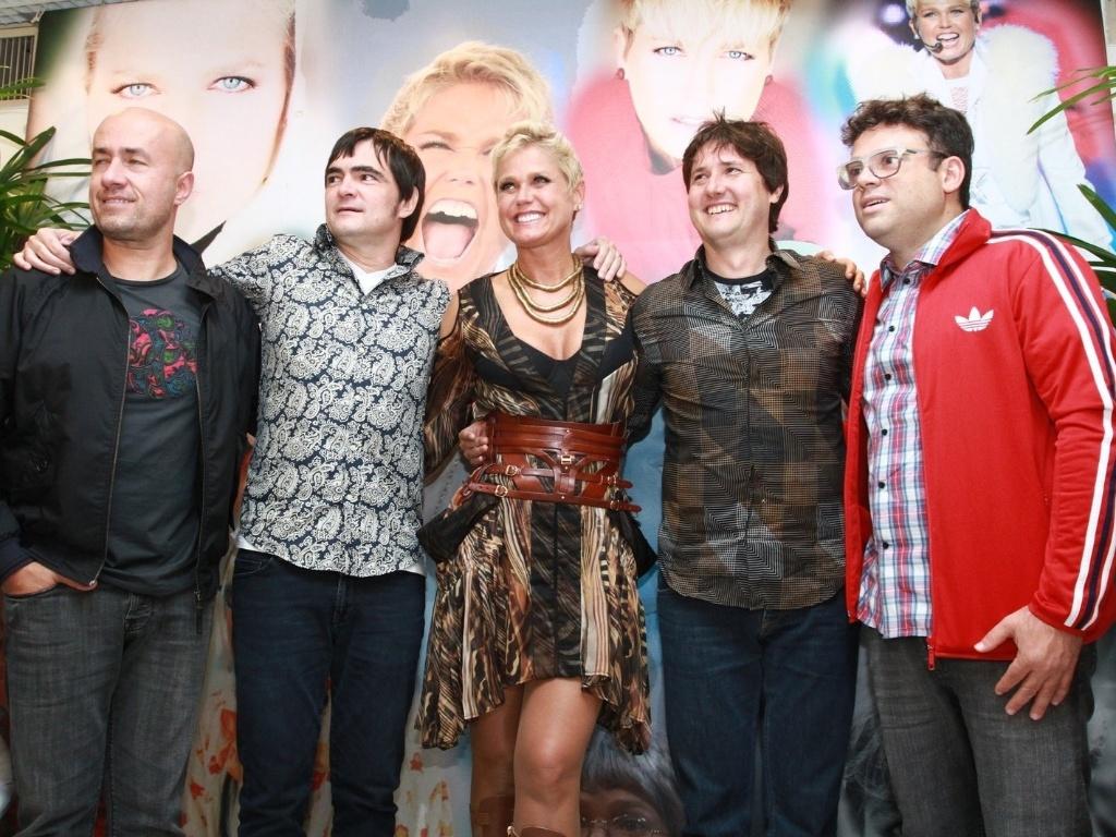 25.mar.2013 - Xuxa gravou um programa especial em comemoração aos seus 50 anos que serão celebrados nesta quarta (27). A apresentadora recebeu a banda Skank como convidada
