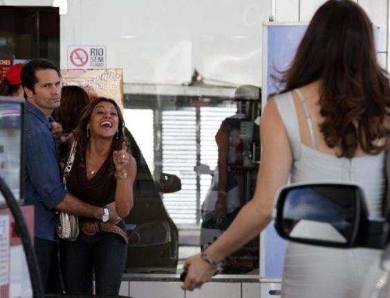 """28.mar.2013 - Em """"Salve Jorge"""", Lucimar vê Lívia na rua e arma barraco"""