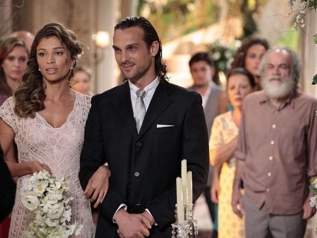 """Em """"Flor do Caribe"""", Chico interrompe o casamento de Ester e Alberto e revela que Cassiano está vivo"""