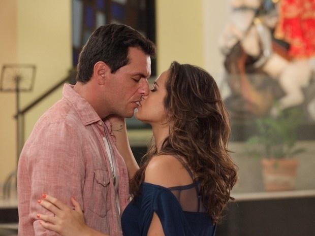 """Em """"Salve Jorge"""", Morena e Théo se beijam em reencontro"""
