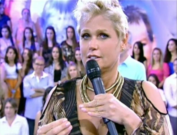 """30.mar.2013 - Xuxa agradece homenagens utilizando a linguagem de sinais em seu programa, """"TV Xuxa"""""""