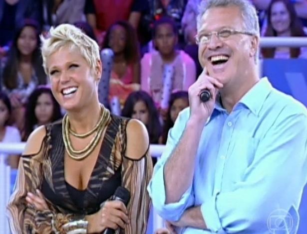 """30.mar.2013 - Xuxa e Pedro Bial riem durante depoimentos em homenagem à apresentadora no """"TV Xuxa"""""""