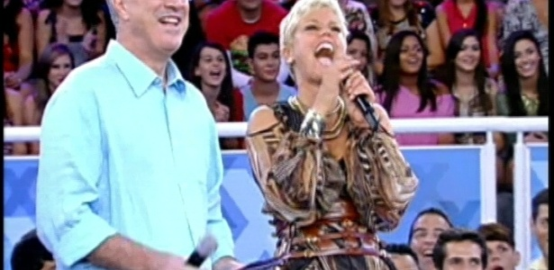 30.mar.2013 - Xuxa e Pedro Bial riem durante depoimentos em homenagem à apresentadora no