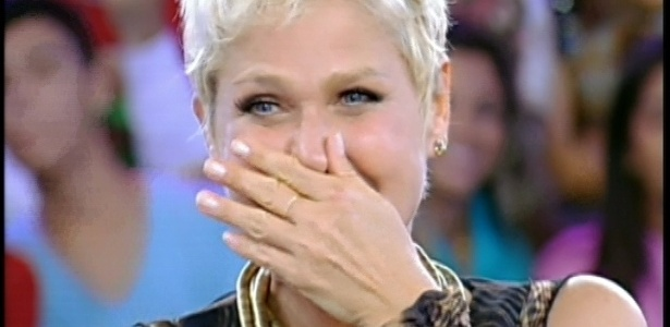 30.mar.2013 - Xuxa vê depoimento do namorado, o ator Junno de Andrade, no programa
