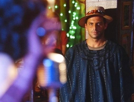 """2.abr.2013 Em """"Flor do Caribe"""", Cassiano vê Cristal cantando em boate e fica encantado"""