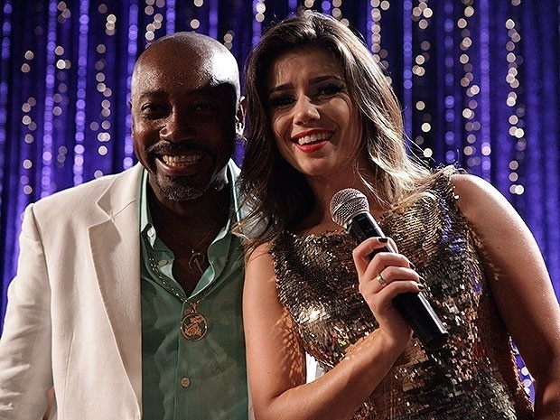 "Cantora Paula Fernanda posa ao lado do ator Nando Cunha, o Pescoço de ""Salve Jorge"""