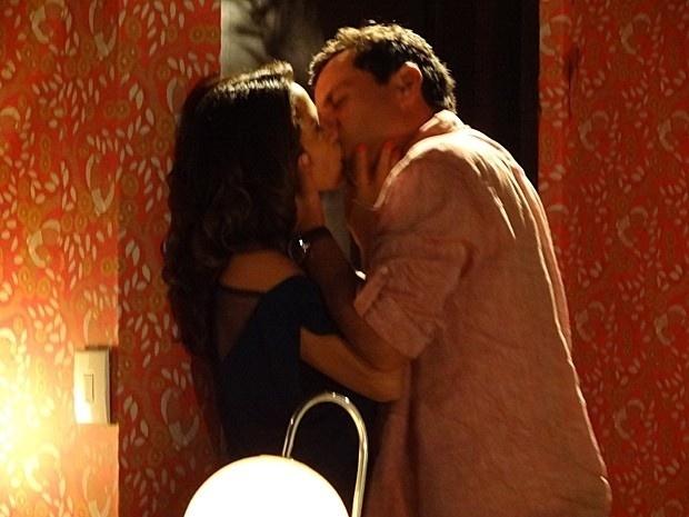 """Em """"Salve Jorge"""", Morena e Théo passam a noite juntos"""