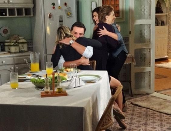 """Em """"Salve Jorge"""", Érica confirma gravidez e deixa Théo chocado com a novidade"""