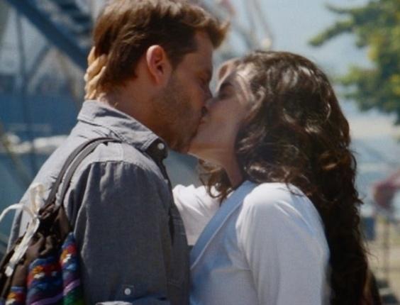 """Em """"Flor do Caribe"""", Cristal se despede de Cassiano com mais um beijo na boca"""