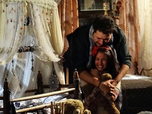 """Em """"Salve Jorge"""", Demir e Tamar se desesperam com o sumiço do filho"""