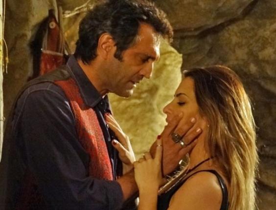 """Em """"Salve Jorge"""", em conversa com Bianca, Zyah diz que ama a brasileira e Ayla do mesmo jeito"""