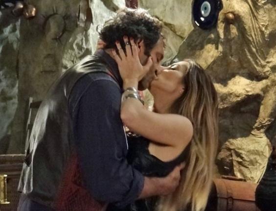 """Em """"Salve Jorge"""", em um encontro inesperado na caverna, Bianca e Zyah se beijam"""