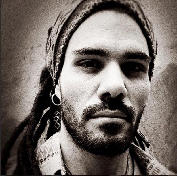 """4.abr.2013 - Ator Juliano Cazarré coloca dreadlocks para novela """"Amor à Vida"""""""