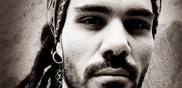 4.abr.2013 - Ator Juliano Cazarré muda visual para viver mochileiro em
