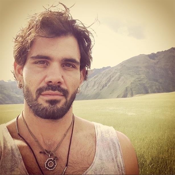 """4.abr.2013 - Juliano Cazarré gava cenas da novela """"Amor à Vida"""" no Peru"""