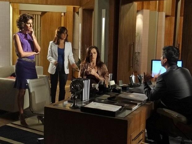 6.abril.2013 - Disposta a se vingar de Théo após ser rejeitada, Lívia (Claudia Raia) vai ao escritório de Stenio (Alexandre Nero) e diz que apanhou do capitão da cavalaria