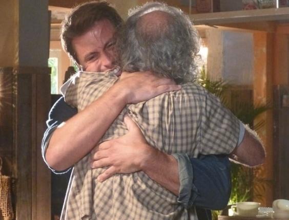 """9.abr.2013 - Em """"Flor do Caribe"""", Cassiano cai no choro ao reencontrar o pai"""