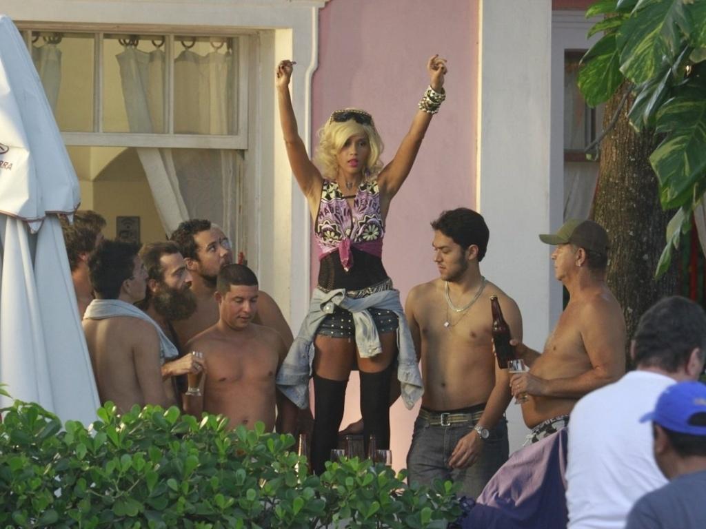 8.abr.2013 - De peruca loira, Taís Araújo gravou cenas de