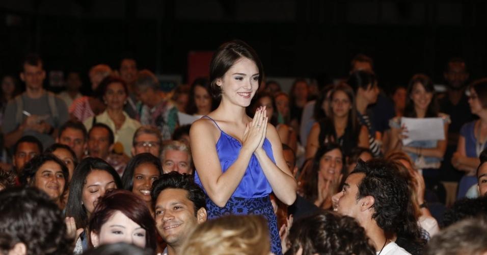 """8.abr.2013 - Isabelle Drummond prestigiou a coletiva de apresentação da novela """"Sangue Bom"""" que aconteceu no Projac, zona oeste do Rio"""