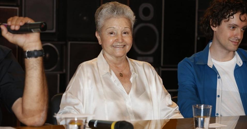"""8.abr.2013 - Maria Adelaide Amaral prestigiou a coletiva de apresentação da novela """"Sangue Bom"""" que aconteceu no Projac, zona oeste do Rio"""