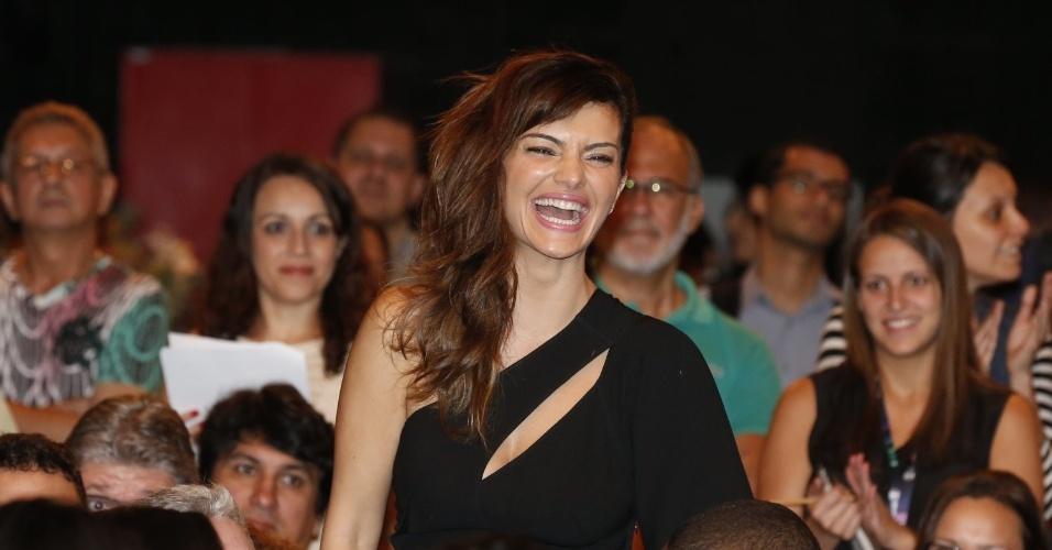 """8.abr.2013 - Mayana Neiva prestigiou a coletiva de apresentação da novela """"Sangue Bom"""" que aconteceu no Projac, zona oeste do Rio"""