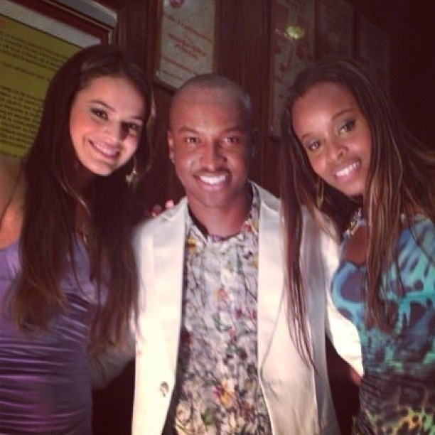 """8.abr.2013 - Thiaguinho posa com Bruna Marquezine e Roberta Rodrigues nos bastidores da novela """"Salve Jorge"""""""