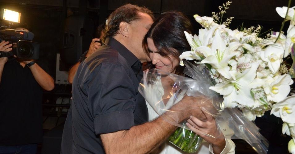 """8.abril.2013 - Dennis Carvalho entrega flores para Malu Mader na coletiva da novela """"Sangue Bom, no Projac, Rio de Janeiro"""